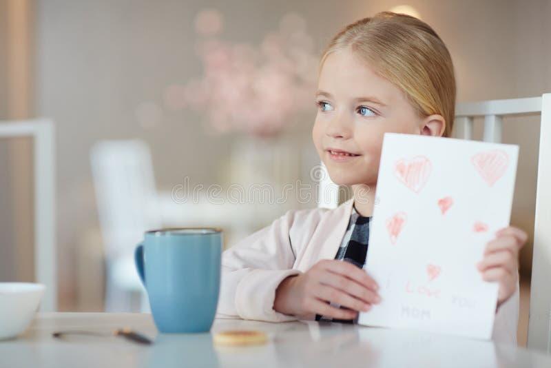 Kind met groetkaart stock afbeeldingen
