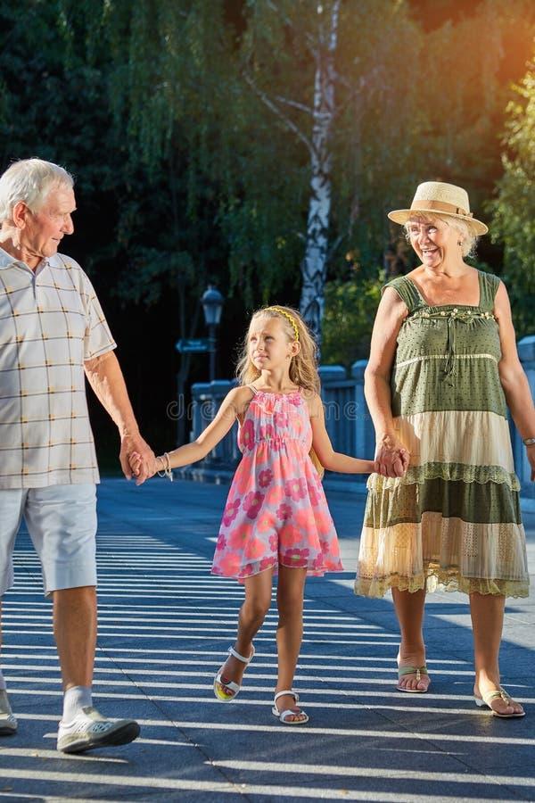 Kind met grootouders die in openlucht lopen royalty-vrije stock fotografie