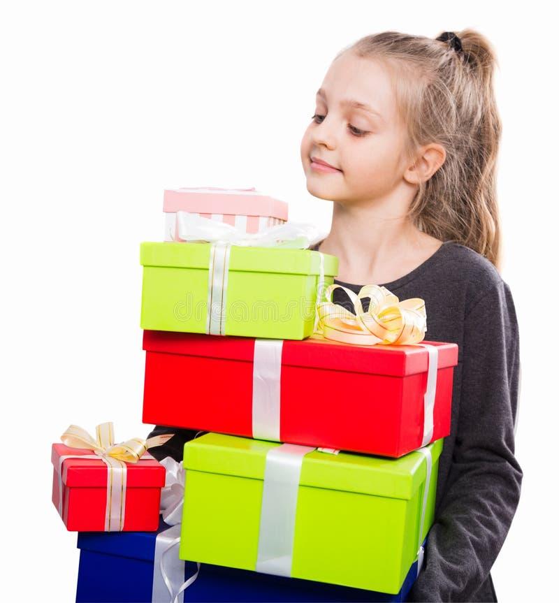Kind met heel wat giftdozen in handen op geïsoleerde achtergrond stock foto