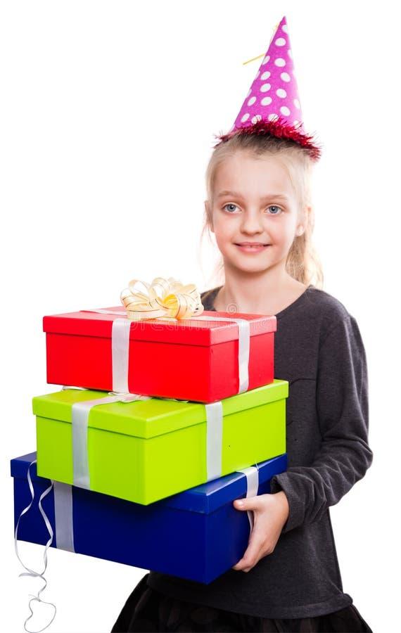 Kind met heel wat giftdozen in handen op geïsoleerde achtergrond stock fotografie