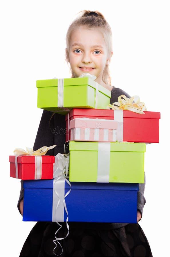 Kind met heel wat giftdozen in handen op geïsoleerde achtergrond royalty-vrije stock afbeeldingen
