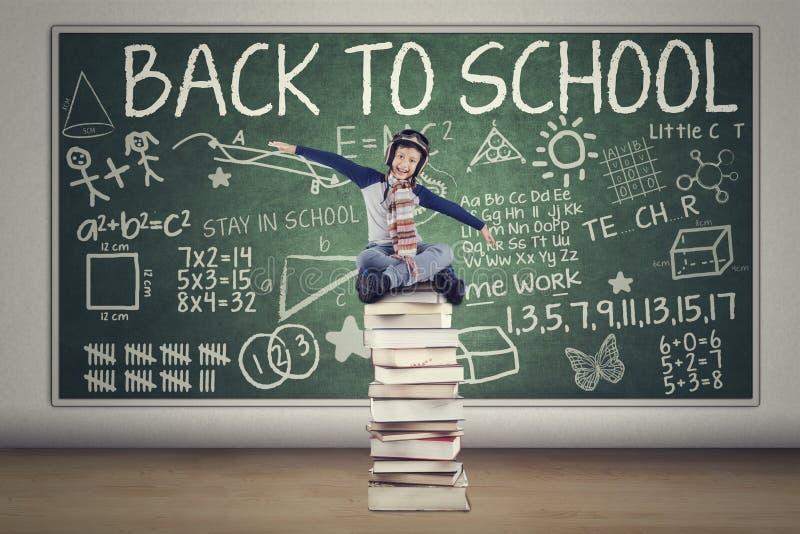 Kind met helm terug naar School stock afbeeldingen
