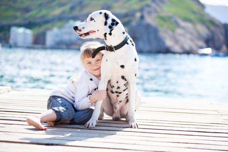 Kind met hond royalty-vrije stock afbeeldingen