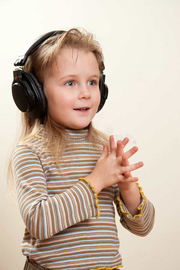 Kind met hoofdtelefoons royalty-vrije stock foto's
