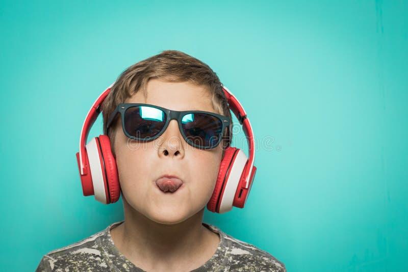 Kind met hoofdtelefoons van muziek en grappige uitdrukking royalty-vrije stock foto