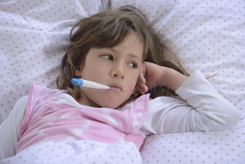 Kind met koorts in bed royalty-vrije stock foto