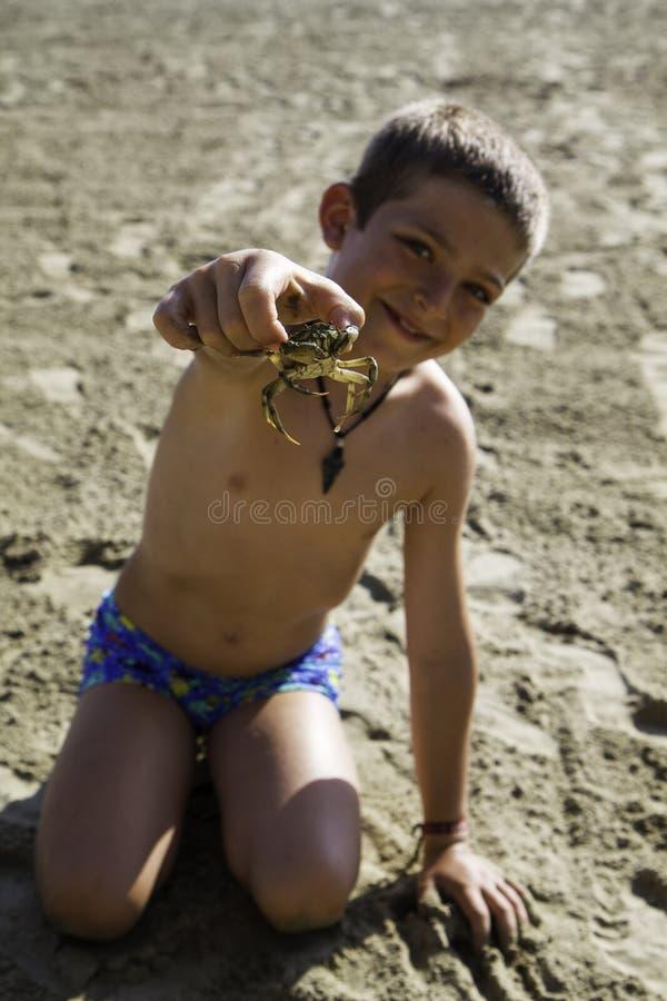 Kind met krab royalty-vrije stock afbeelding