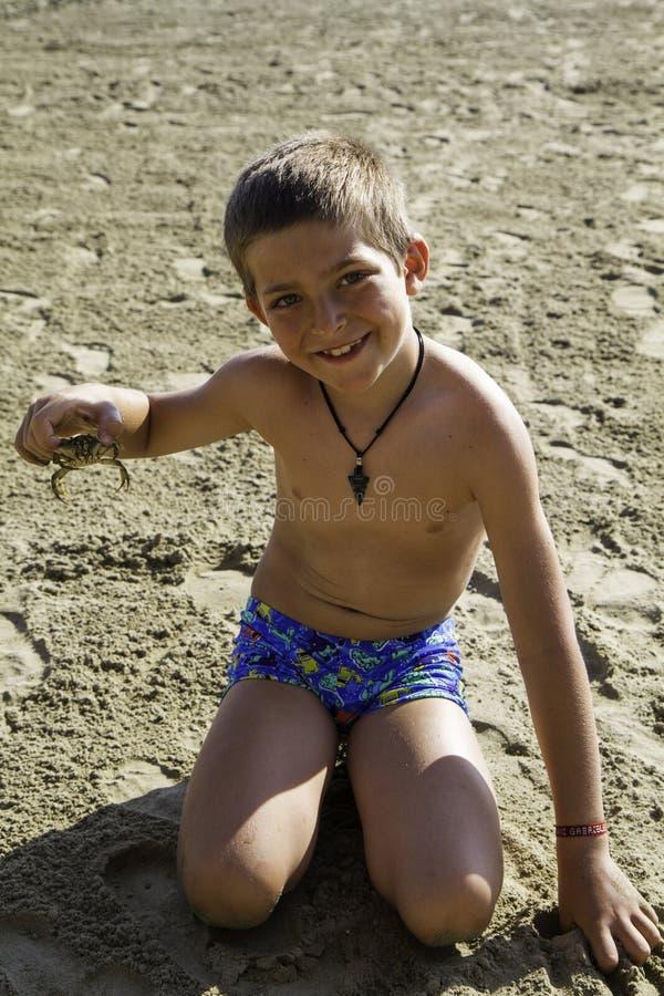 Kind met krab stock foto