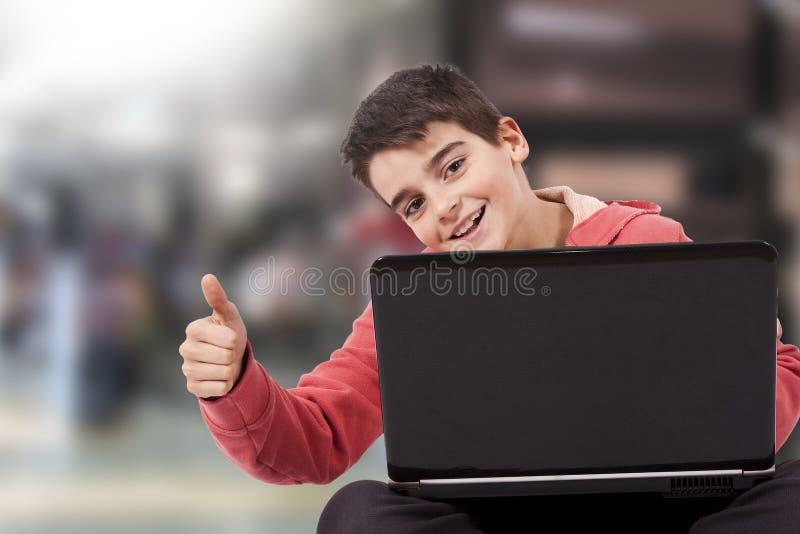 Kind met laptop royalty-vrije stock foto's