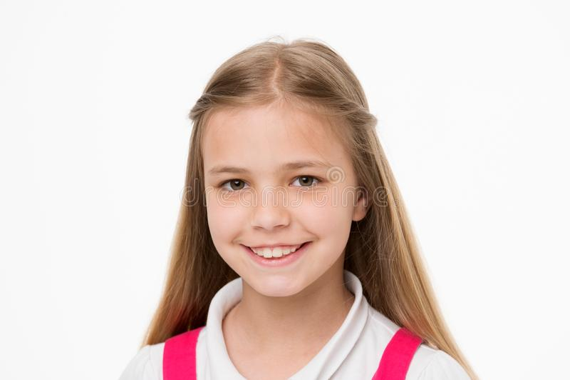 Kind met leuk die gezicht op wit wordt geïsoleerd Meisjeglimlach met verse huid Schoonheidsjong geitje met verse blik en lange bl royalty-vrije stock afbeeldingen