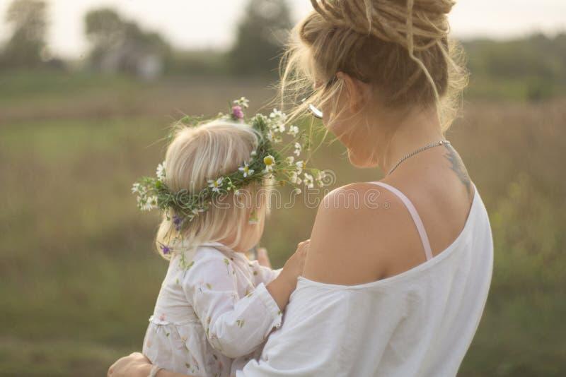 Kind met moeder royalty-vrije stock fotografie