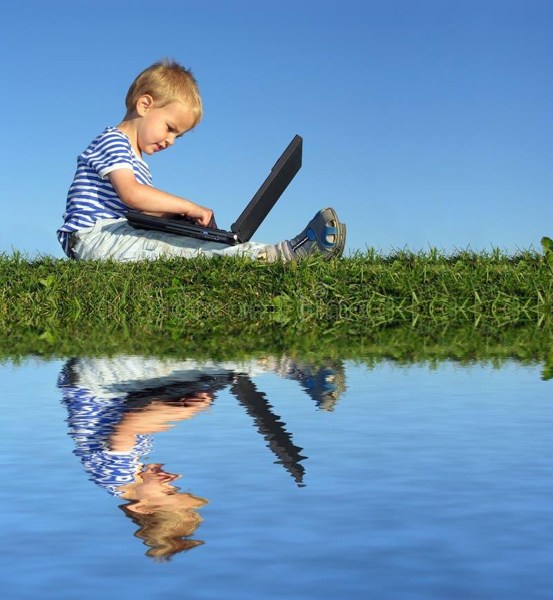 Kind met notitieboekje royalty-vrije stock afbeelding