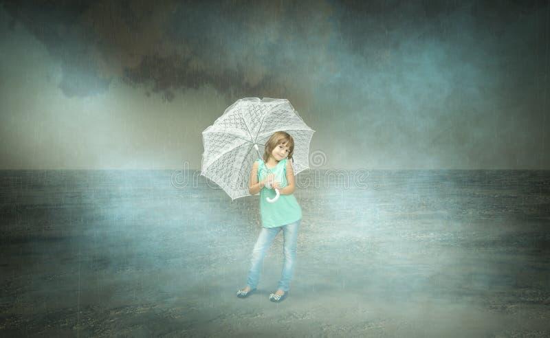 Kind met paraplu op herfstachtergrond stock afbeeldingen