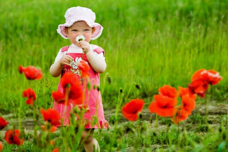 Kind met rode bloem royalty-vrije stock afbeelding
