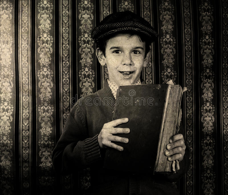 Kind met rood uitstekend boek stock foto's