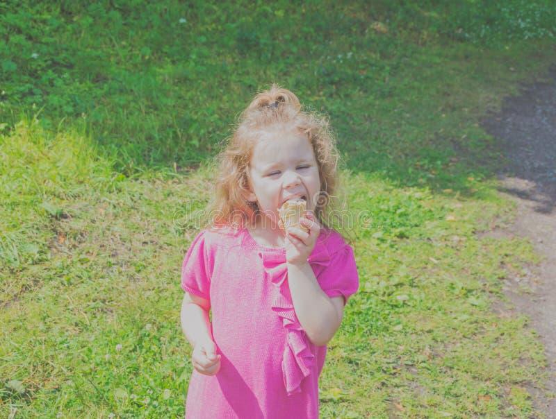 Kind met roomijs in hand gangen in het Park royalty-vrije stock fotografie