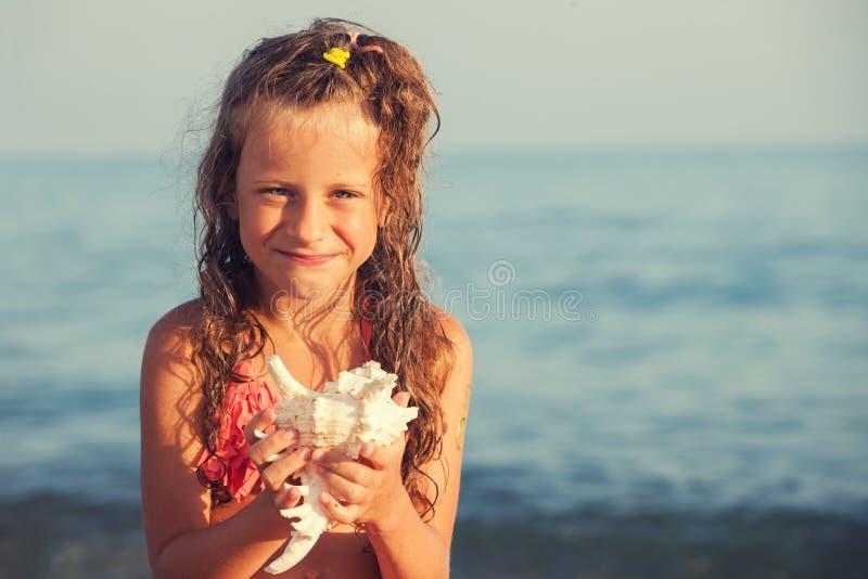 Kind met shell royalty-vrije stock afbeelding