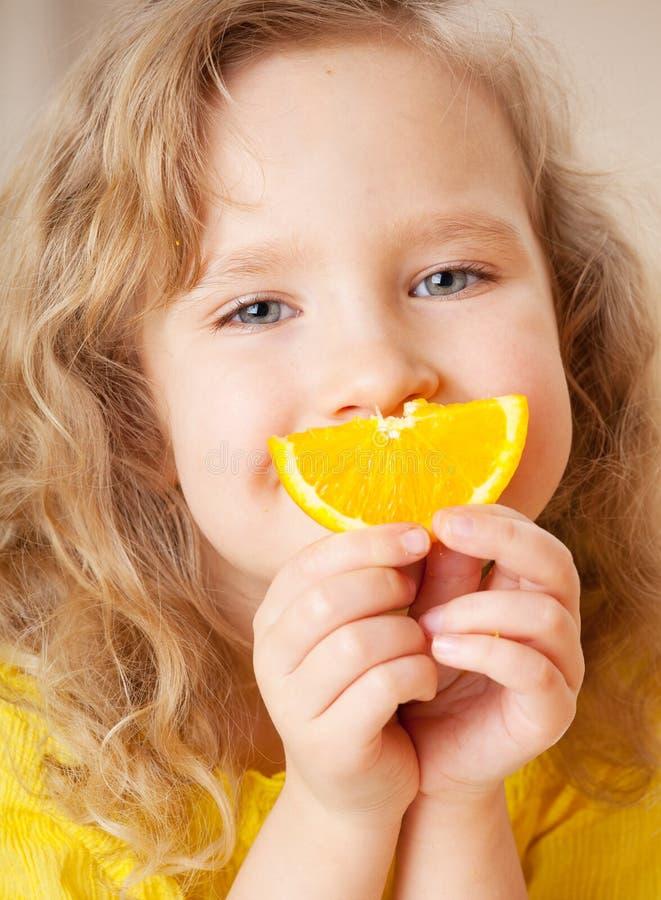 Kind met sinaasappelen royalty-vrije stock afbeelding