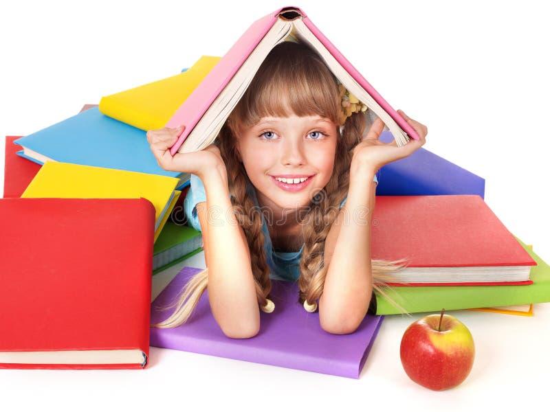 Kind met stapel van boeken op hoofd. stock afbeelding