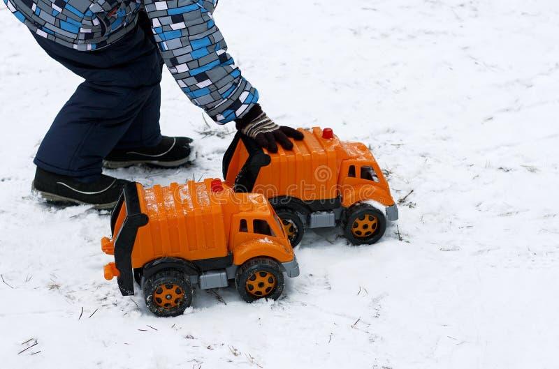 Kind met stuk speelgoed auto's royalty-vrije stock fotografie