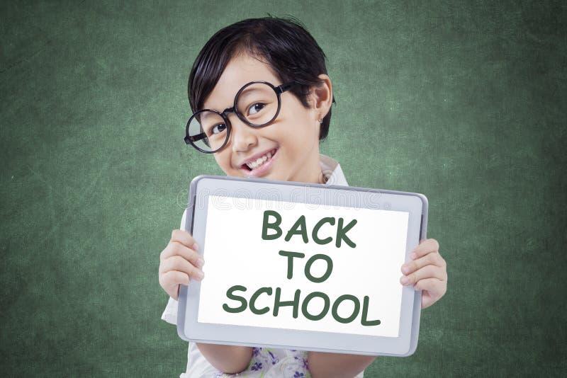 Kind met tablet en tekst van terug naar School stock foto's