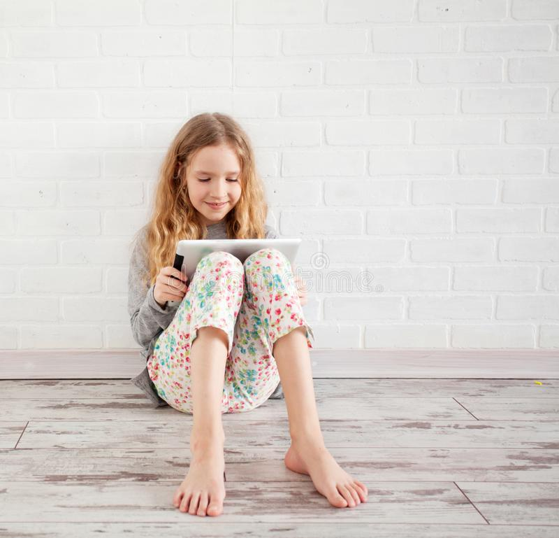 Kind met tablet royalty-vrije stock afbeeldingen