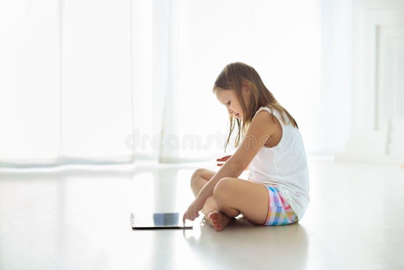 Kind met tabletcomputer PC voor jonge geitjes royalty-vrije stock foto