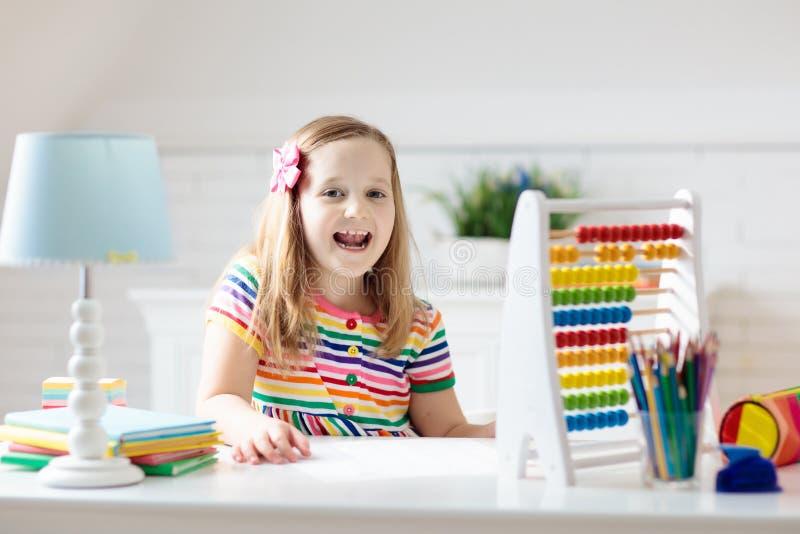 Kind met telraam die thuiswerk na school doen stock afbeeldingen