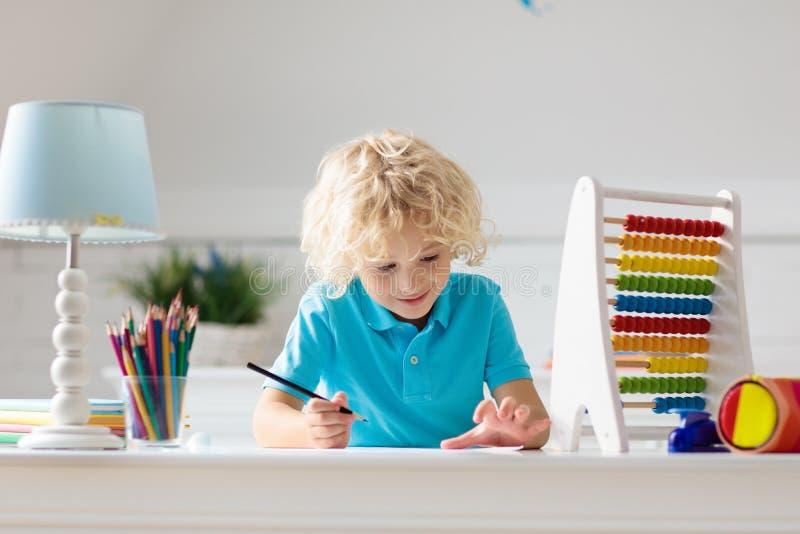 Kind met telraam die thuiswerk na school doen royalty-vrije stock foto's