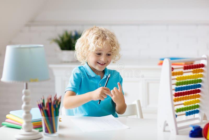 Kind met telraam die thuiswerk na school doen royalty-vrije stock foto