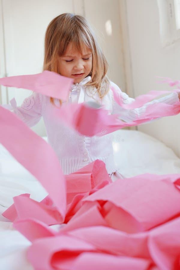 Kind met toiletpapier royalty-vrije stock fotografie