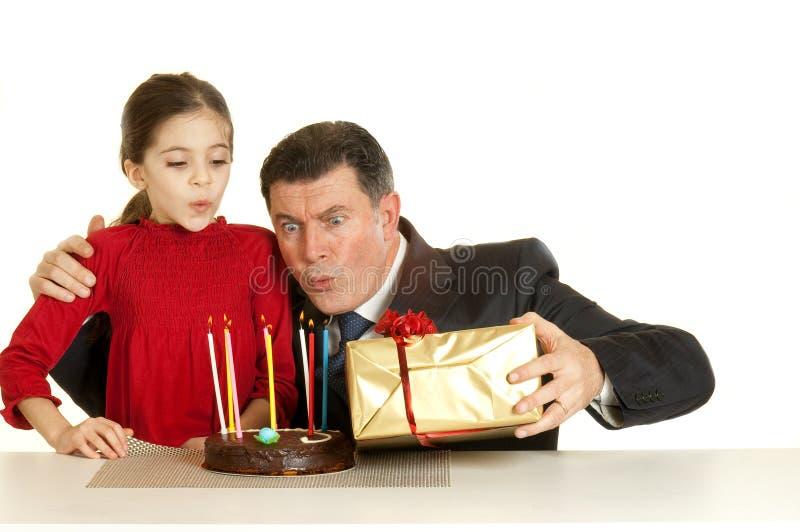 Kind met vader bij verjaardagspartij stock fotografie