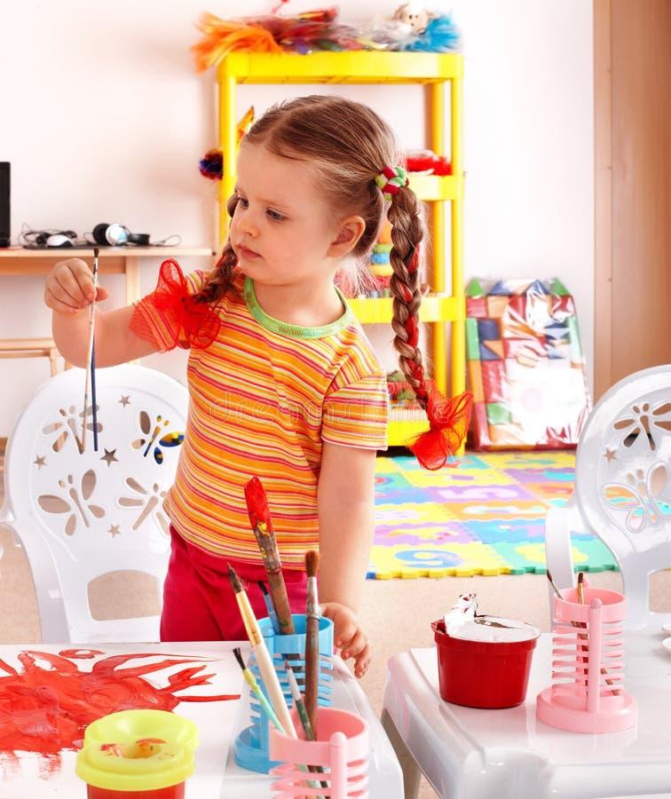 Kind met verf en borstel in speelkamer. royalty-vrije stock foto's