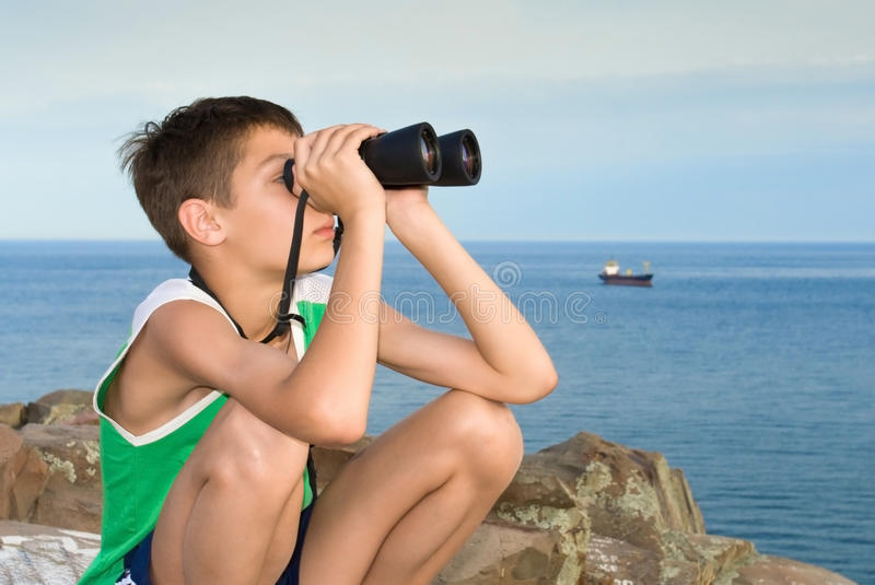 Kind met verrekijkers stock foto