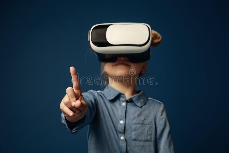 Kind met virtuele werkelijkheidshoofdtelefoon stock fotografie