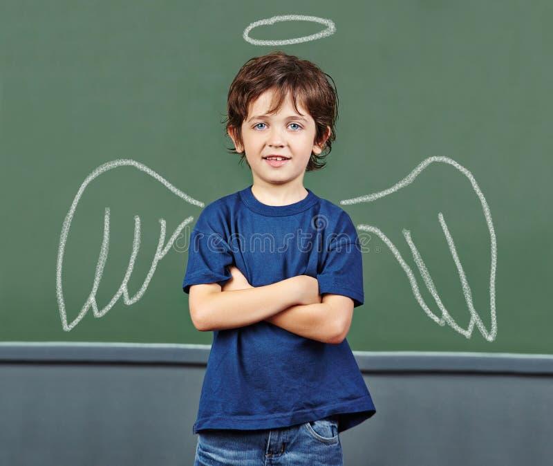 Kind met vleugels als beschermengel stock fotografie