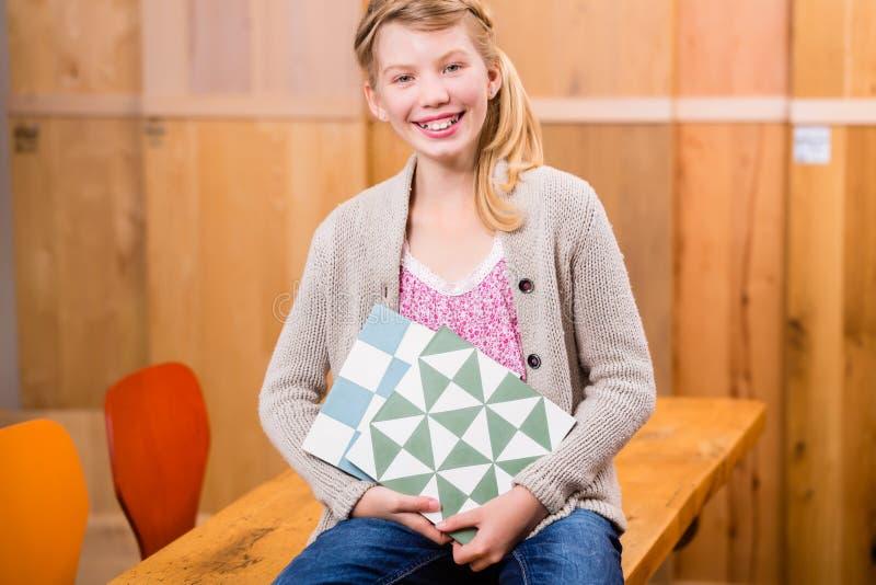 Kind met vloertegels in het huisverbetering opslag royalty-vrije stock foto's
