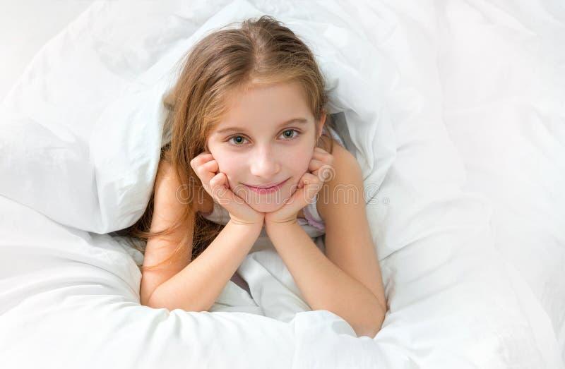 Kind met witte algemeen wordt verpakt die, wakker royalty-vrije stock foto's
