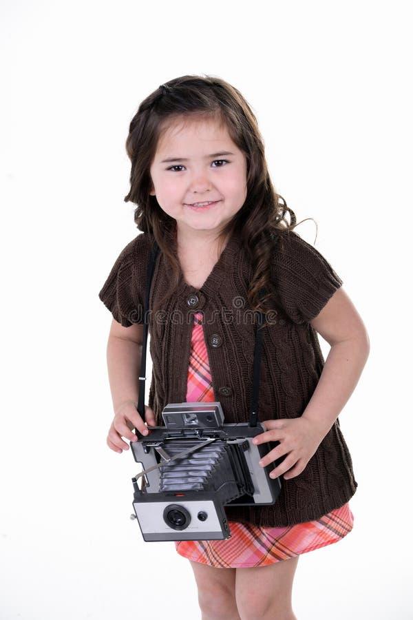 Kind mit alter Kamera lizenzfreie stockfotos