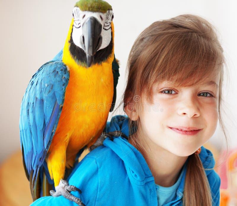 Kind mit Arapapageien stockfotografie