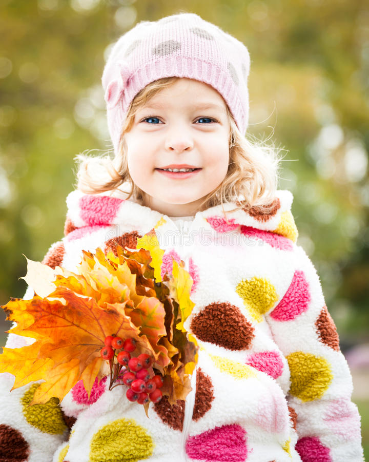 Kind mit Bündel Ahornblättern stockfoto