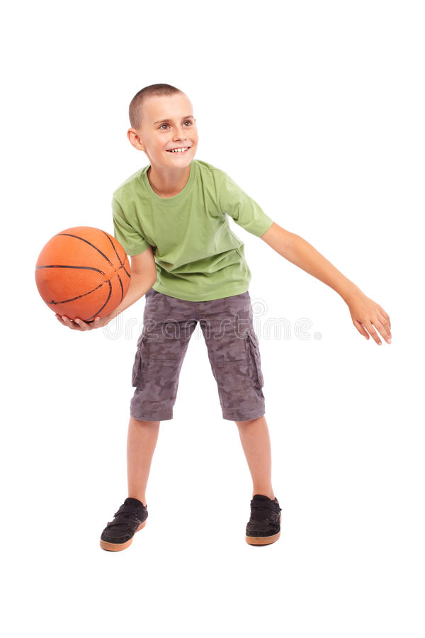 Kind mit Basketball getrennt auf weißem Hintergrund stockbilder