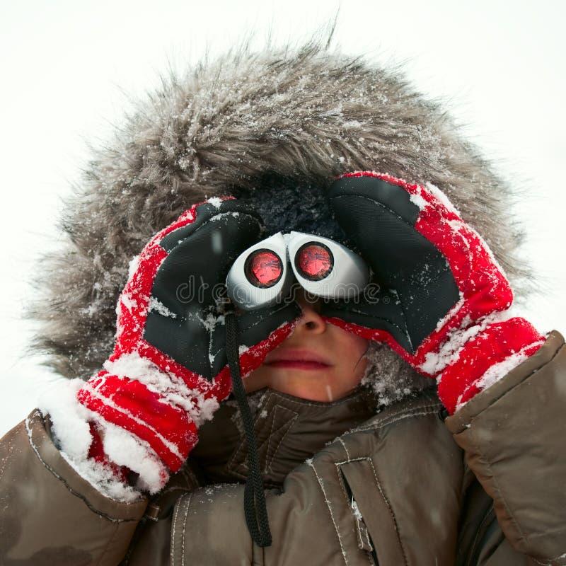Kind mit binokularem lizenzfreies stockfoto