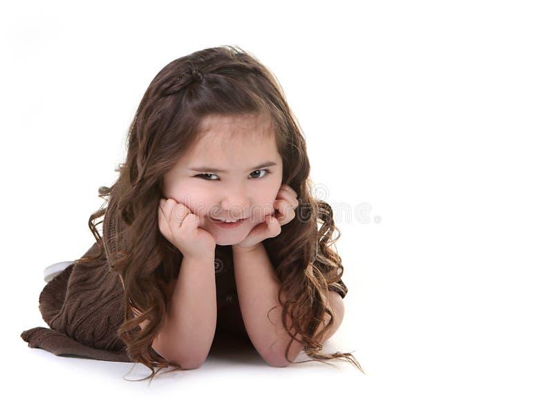 Kind mit boshaftem Ausdruck auf weißem Backgr stockfotografie