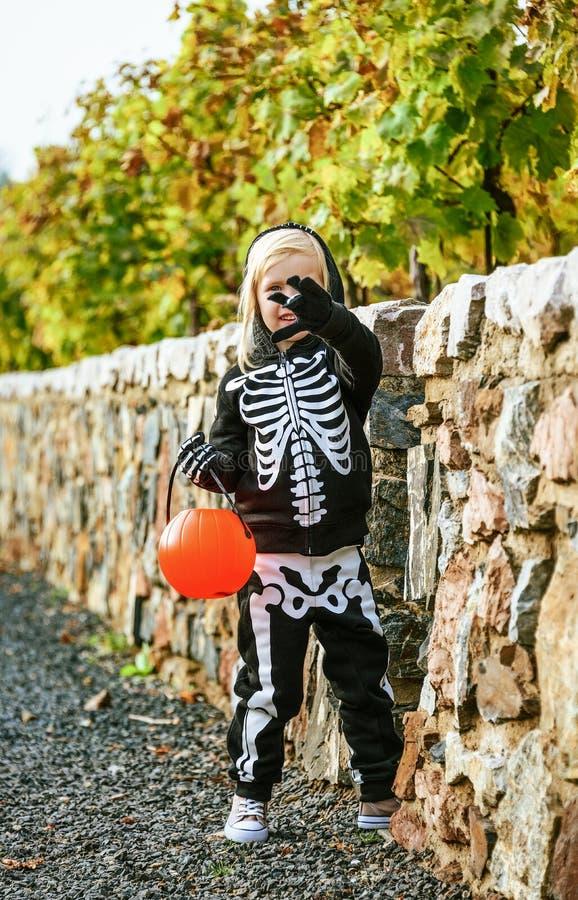 Kind mit dem €™Lantern Korbspielen Halloween-Kürbis Jack Oâs lizenzfreie stockfotos