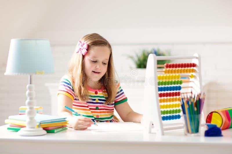 Kind mit dem Abakus, der die Hausarbeit nach der Schule tut stockbilder