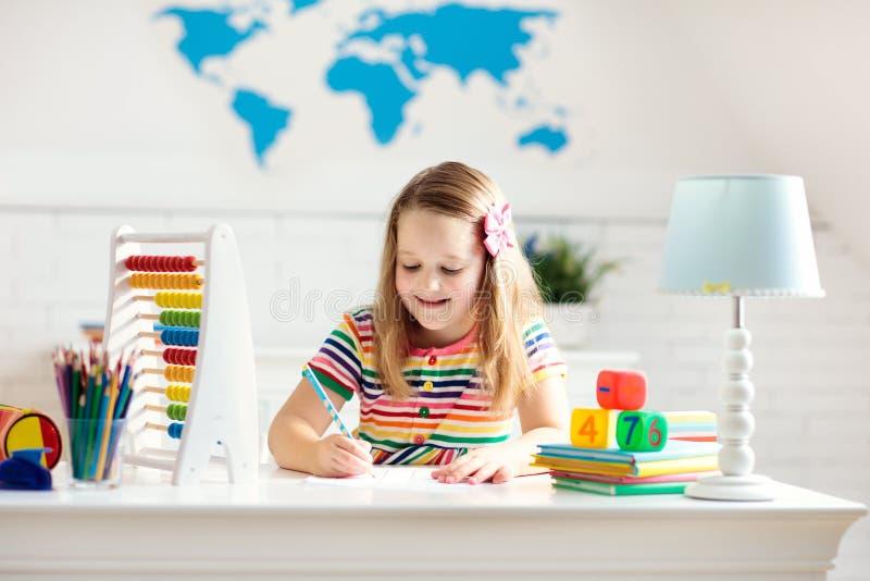 Kind mit dem Abakus, der die Hausarbeit nach der Schule tut lizenzfreies stockbild
