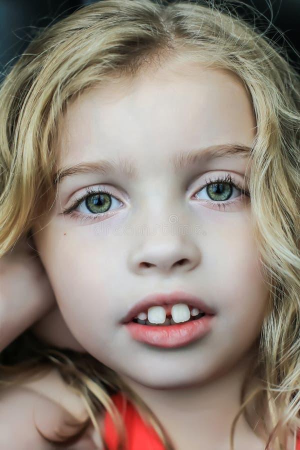 Kind mit dem Autismus, der Kamera betrachtet stockbild