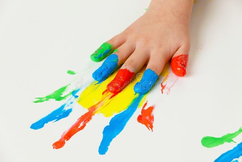 Kind mit dem Finger malt Farben lizenzfreies stockbild
