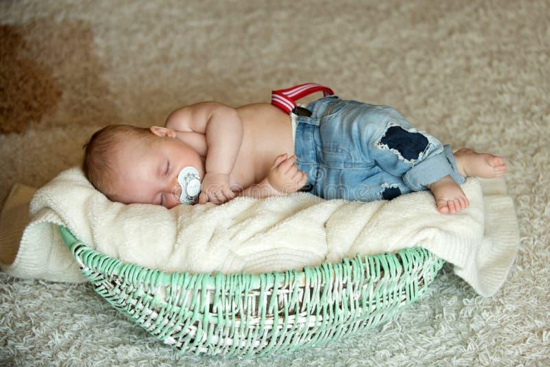 Kind mit dem Friedensstifter schlafend in der Krippe lizenzfreies stockfoto